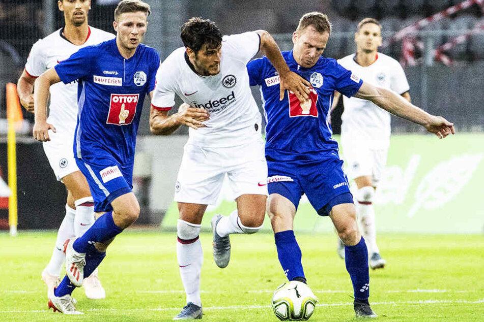 Goncalo Pacienca (M.) traf zum 3:1-Endstand für Eintracht Frankfurt.