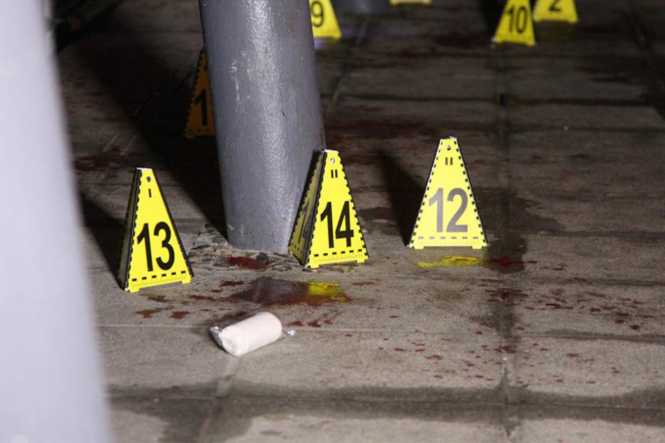 Die Polizei sicherte noch in der Nacht Blutspuren.