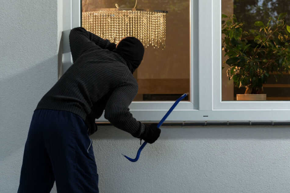 Ein Mann rief die Polizei, als er einen vermeintlichen Einbruch beobachtete (Symbolbild).