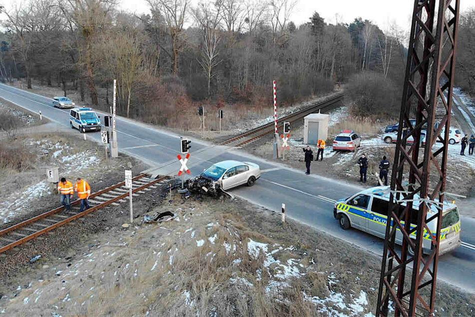 An einem Bahnübergang wurde ein Pkw von einem Regionalzug gerammt.