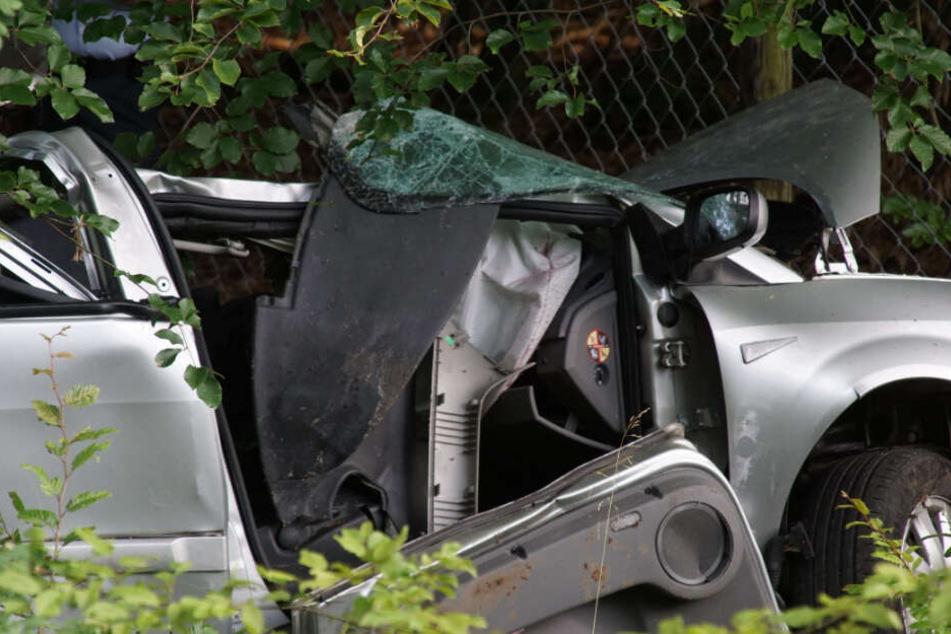 Auto crasht in Baum: Fahrerin stirbt noch an der Unfallstelle