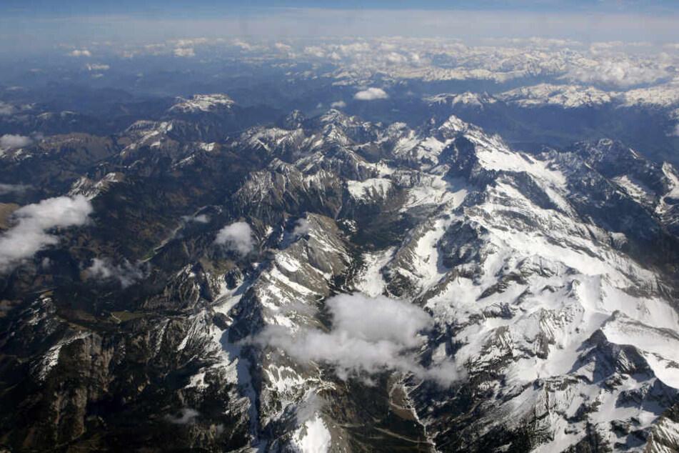 Die Alpen im Gebiet zwischen Garmisch-Partenkirchen (Oberbayern) und Innsbruck (Tirol/Österreich) aus einem Flugzeug. Ein Pilot soll hier die Flugroute geändert haben. (Archivbild)