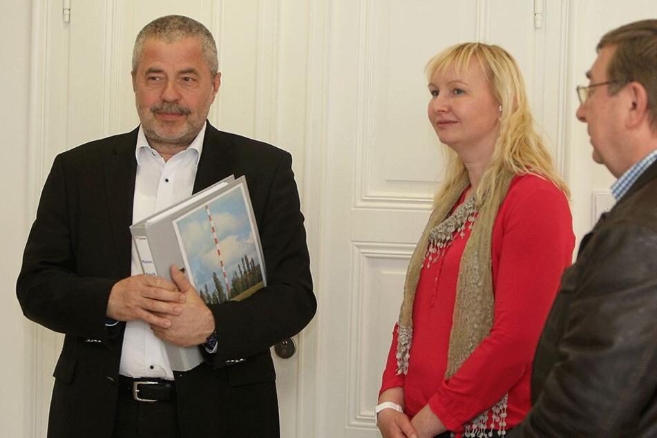 Sabine Neumann übergab zusammen mit Jürgen Juhrig die Unterschriften an Landrat Michael Geisler (CDU, r.).
