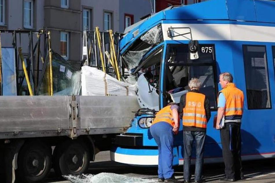 Die Straßenbahn krachte frontal gegen den Lkw. (Symbolbild)