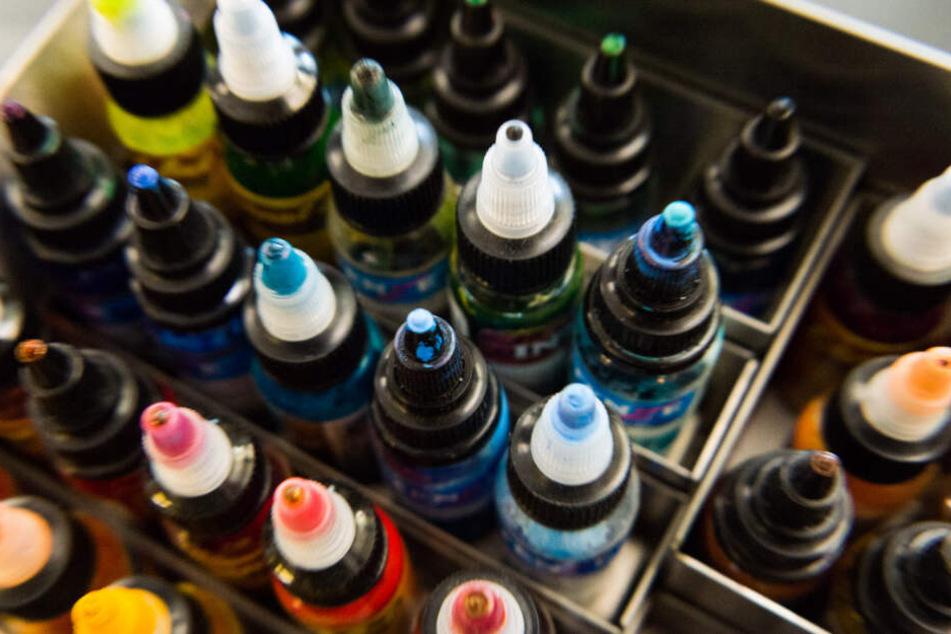 Unter den betroffenen Substanzen sind auch die Farbpigmente Blue 15 und Green 7, die in zwei Dritteln aller Tätowierfarben enthalten sind.