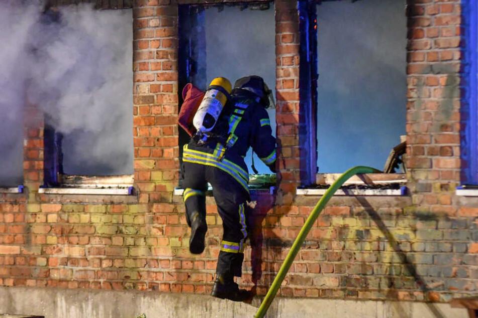 Als die Feuerwehr-Kameraden eintrafen, schlugen die Flammen schon aus dem Gebäude.
