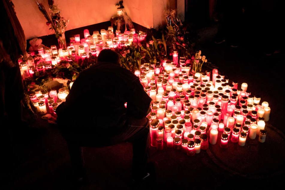 """Plötzlich soll ein 29-Jähriger während der Trauerfeier """"Allahu Akbar"""" geschrien haben."""