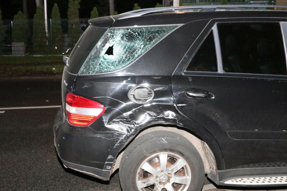 Der Motorradfahrer krachte gegen einen Mercedes.