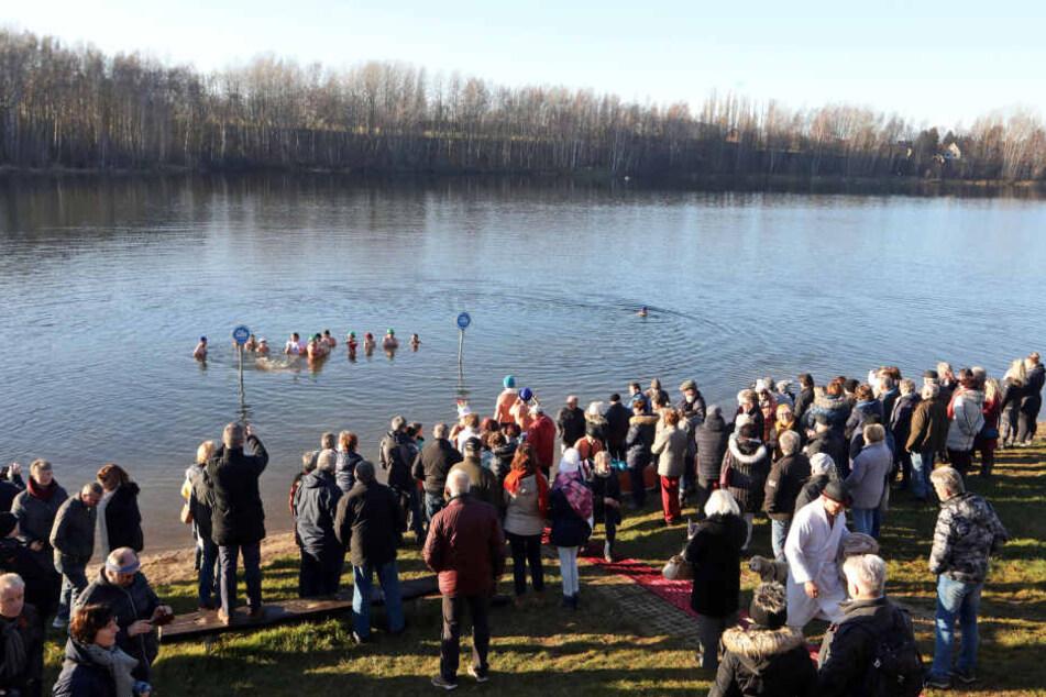 Rund 200 Zuschauer kamen zu dem Spektakel am Stausee Oberwald.