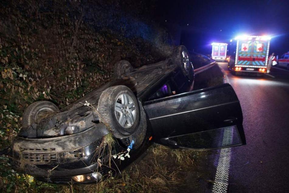 Ein Auto hat sich auf der A46 bei Neuss überschlagen und ist im Graben liegen geblieben.