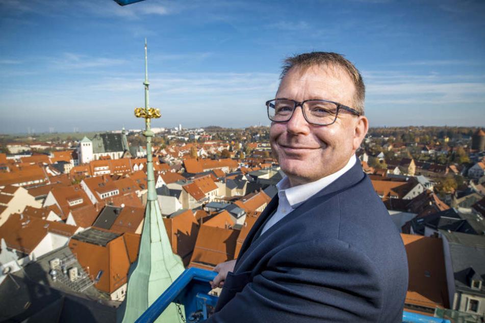 Oberbürgermeister Sven Krüger (45, parteilos) freut sich über die herausgeputzte Krone.