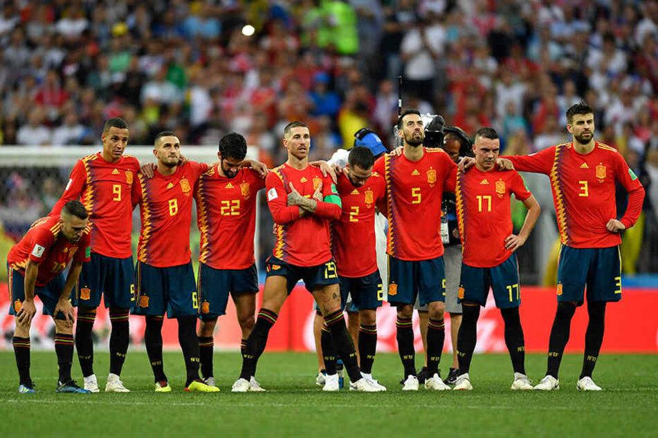 Die spanische Nationalmannschaft angespannt vor dem Elfmeterschießen. Sergio Ramos (5.v.l). in CR7-Pose