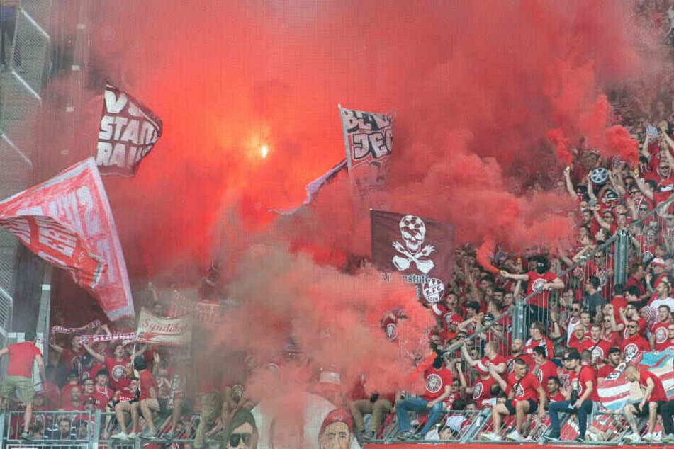 Insgesamt etwa 20 pyrotechnische Gegenstände sind am 34. Spieltag von Kölner Fans in Magdeburg abgefackelt worden.