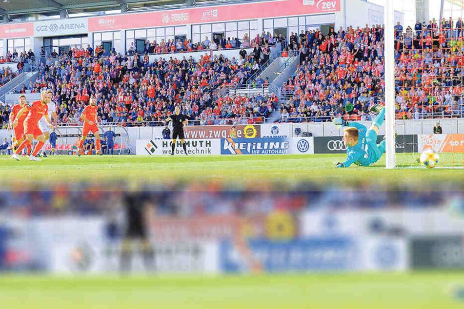 Fabio Viteritti scheitert beim Elfmeter an Bayerns Keeper Christian Früchtl.