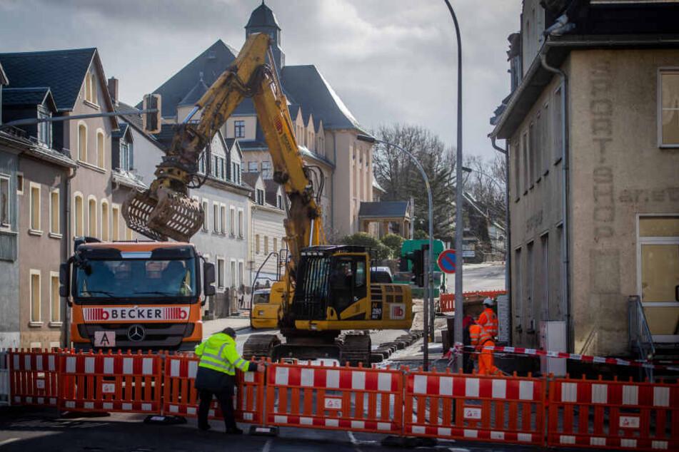 Am Dienstagnachmittag wurde an den beiden Mehrfamilienhäusern mit dem Abriss des Dachgeschoss' begonnen.
