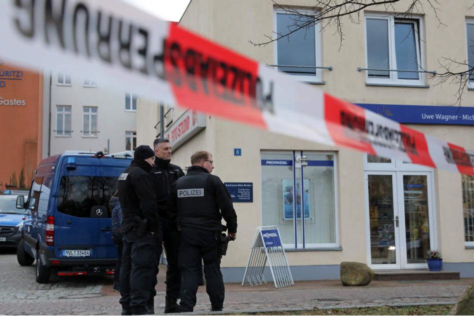 Mecklenburg-Vorpommern, Waren: Polizei steht vor dem Haus, in dem sich eine Anwaltskanzlei befindet, in der eine Frau erschossen wurde.