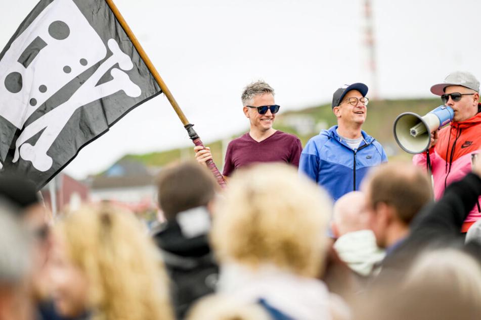 Fettes Brot begrüßt am Helgoländer Hafen die angereisten Fans.