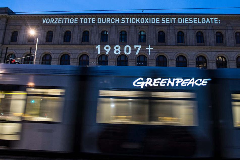 Die Aktivisten projizierten die Zahl der Todesfälle an die Fassade des Bundeverkehrsministeriums.
