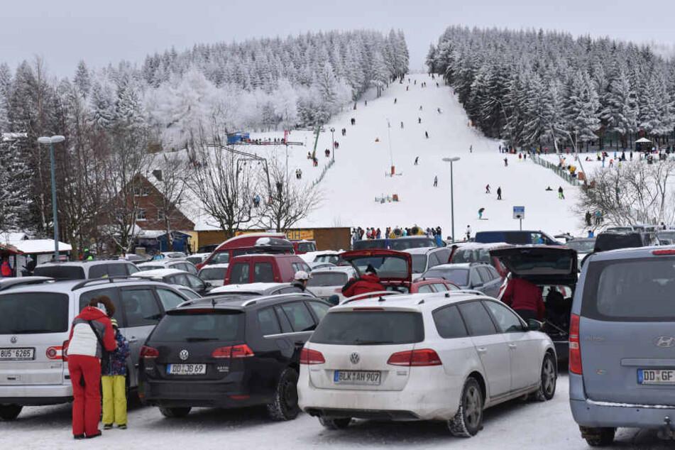 Der Hang am Raupennest in Altenberg ist bei Skifahrern, Snowboardern und  Rodlern sehr beliebt.