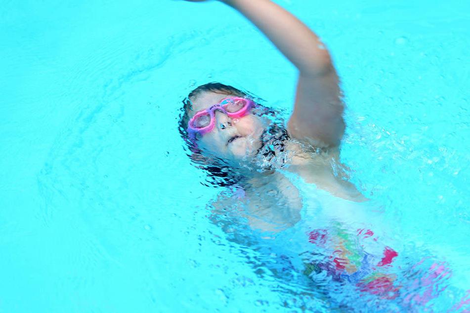Freija bewegt sich im Wasser schon so sicher, dass sie Kraulschwimmen üben kann.