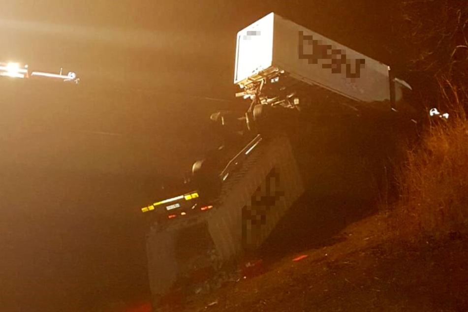 Das der Anhänger den Lastwagen nicht mit von der Brücke riss, grenzt an ein Wunder.