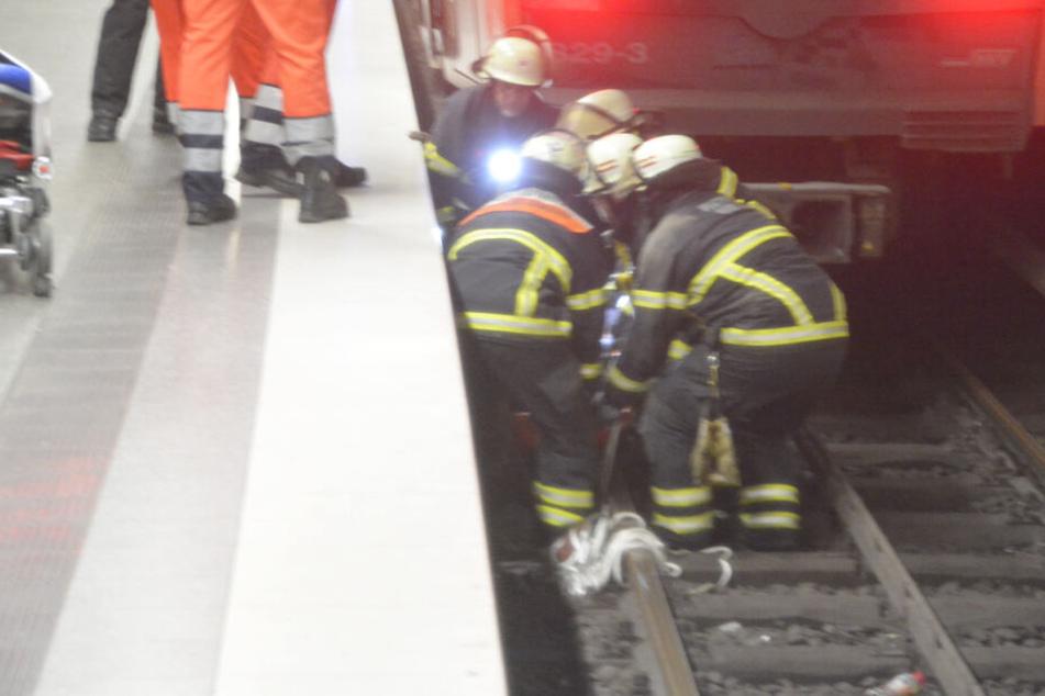 Die Einsatzkräfte ziehen den 16-Jährigen aus dem Zwischenraum.