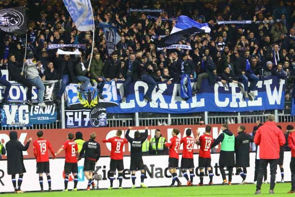 In Kiel ließen sich die DSC-Kicker von den Fans ordentlich feiern.