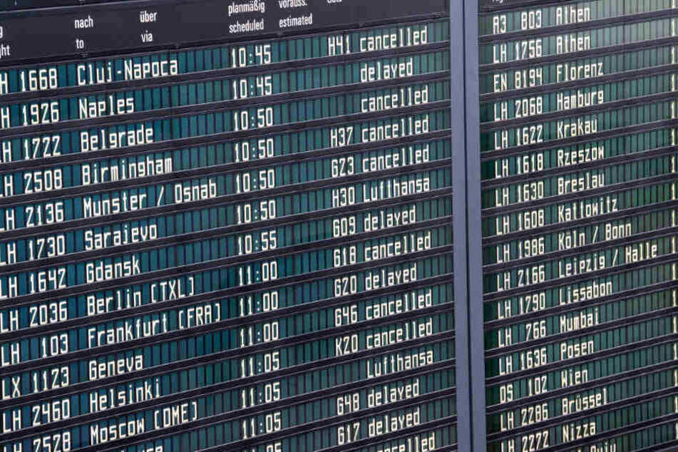 Zahlreiche Flüge am Flughafen München mussten annulliert werden, wie eine Anzeigentafel zeigt.