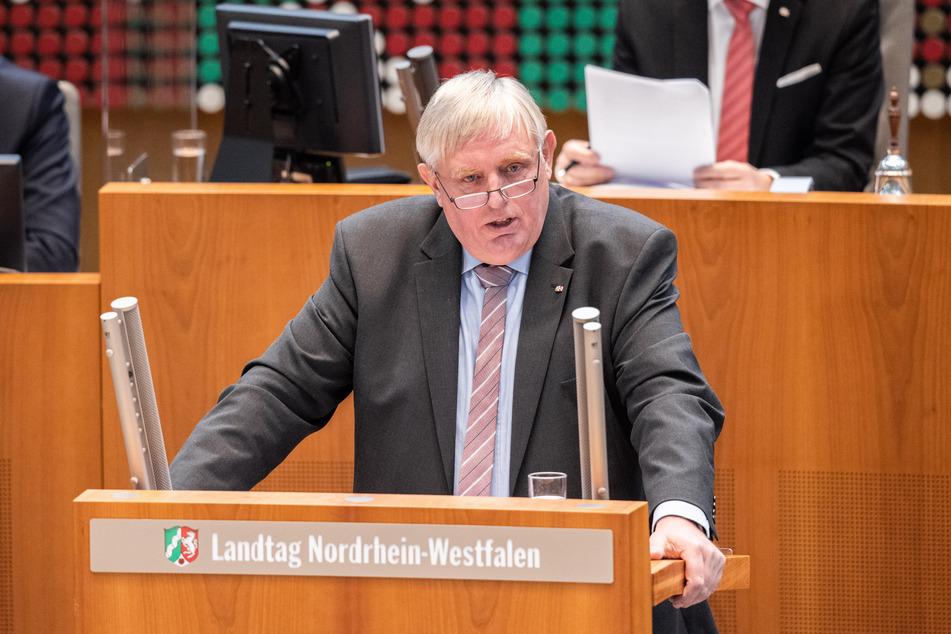 Wegen der Corona-Pandemie kommt der nordrhein-westfälische Landtag zu einer Sondersitzung zusammen. Gesundheitsminister Karl-Josef Laumann (CDU) warnt vor der aktuellen Infektionslage.