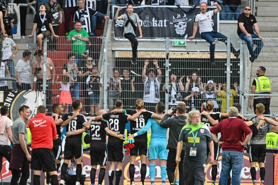 Die Mannschaft des SV Sandhausen feiert mit ihren Fans nach dem Abpfiff in Regensburg den Klassenerhalt in der zweiten Liga.