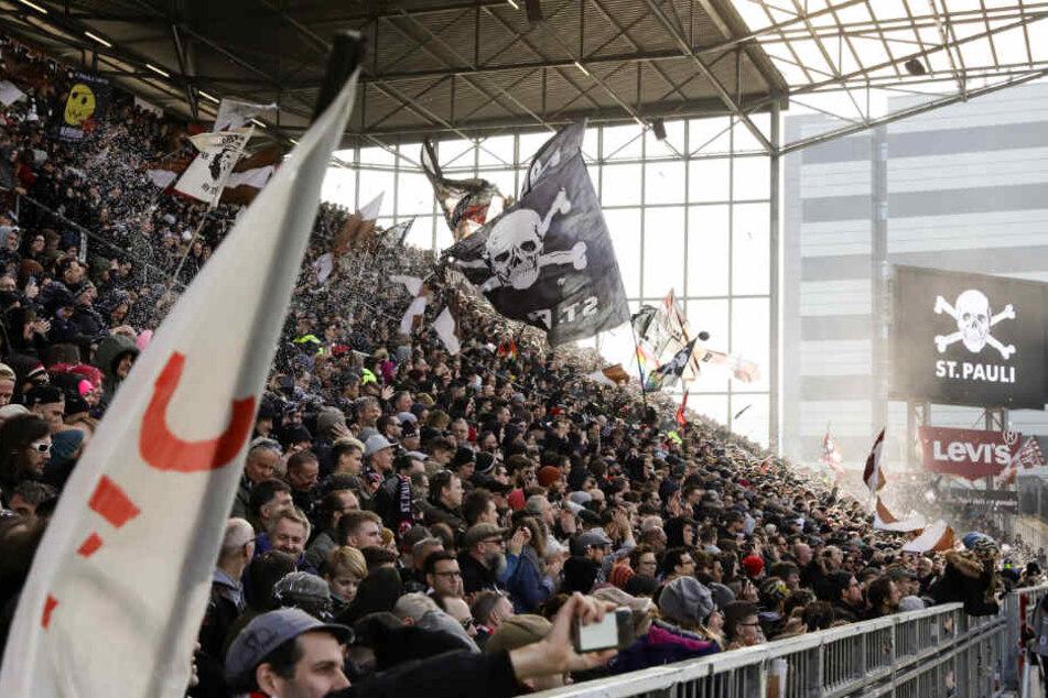 Fans verfolgen ein Spiel des FC St. Pauli im Millerntor-Stadion. (Archivbild)