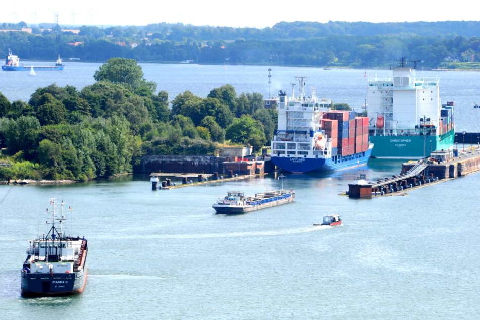 154-Meter-Frachter rast auf Schleuse zu, doch das Unglück lässt sich nicht mehr stoppen