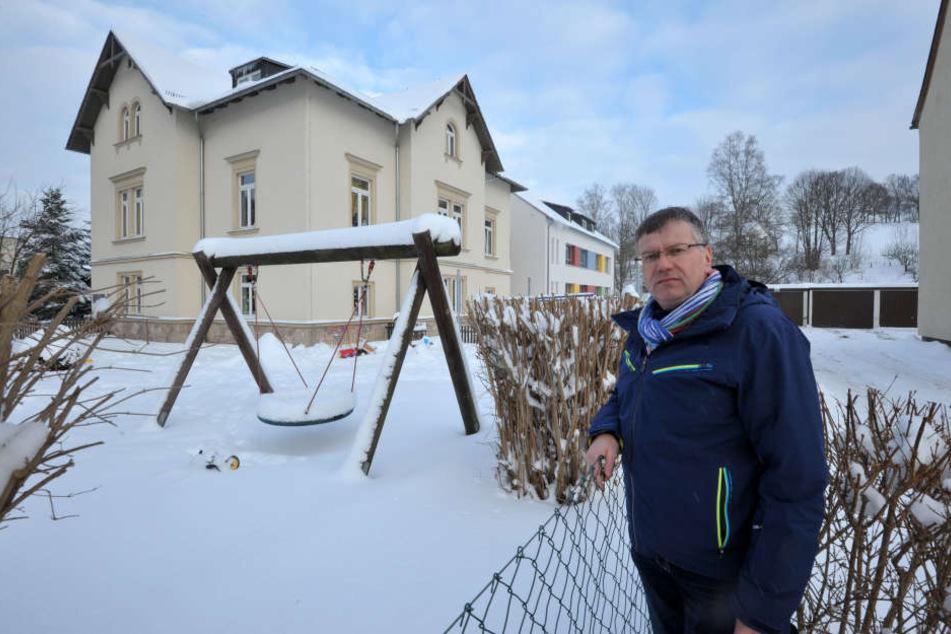 Ortsvorsteher Falk Ulbrich (49, CDU) vor dem Spielplatz der Kita. Schnee und  die frostigen Temperaturen verhindern derzeit zum Glück das Draußen-Spielen.