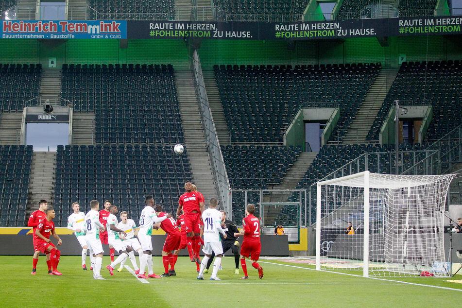 Die Mönchengladbacher und die Kölner Spieler (rotes Trikot) kämpften im März in einem der letzten Bundesliga-Spiele um den Ball.