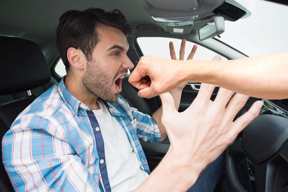 Der 20-jährige Autofahrer hatte das Nachsehen: Ein 70-Jähriger schlug ihm mit der Faust ins Gesicht. (Symbolbild)