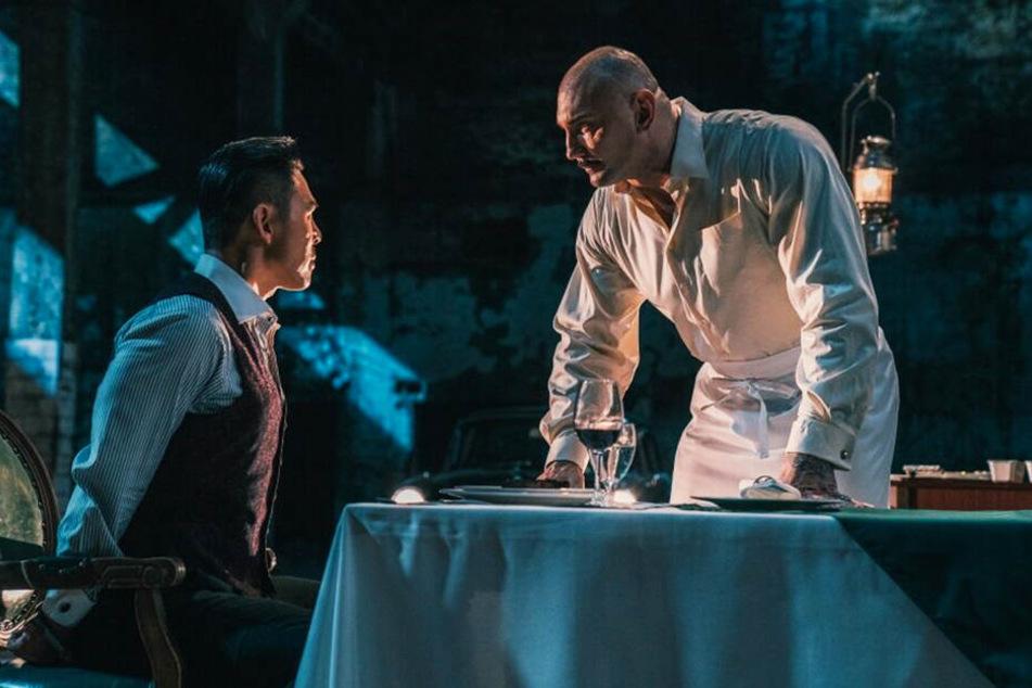 Chiu Kam Fu (l., Naason) wird vom brutalen britischen Kartellboss Owen Davidson (Dave Bautista) verhört.