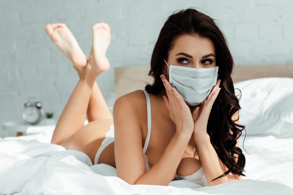 Gewöhnungsbedürftig: Mit Maske sei Sex weniger riskant, behaupten die Autoren der Studie.