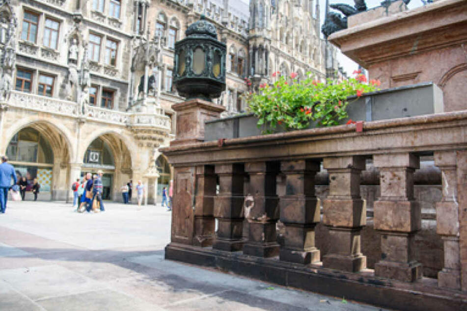 Mit schwarzem Ruß bedeckte Steinsäulen sind auf dem Marienplatz in München zu sehen. In der Nacht auf Freitag hat sich an dieser Stelle ein Mann mit Benzin übergossen und selbst verbrannt.