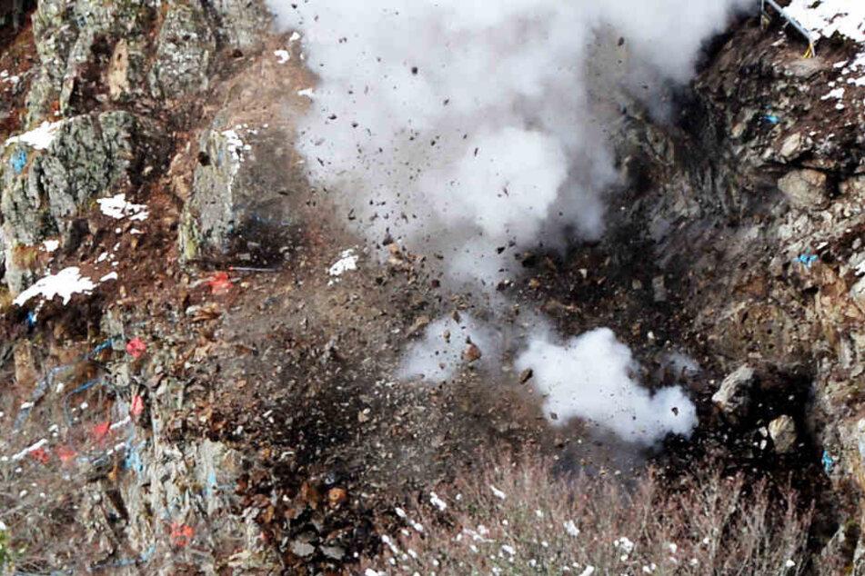 Der 200-Tonnen-Koloss explodiert.