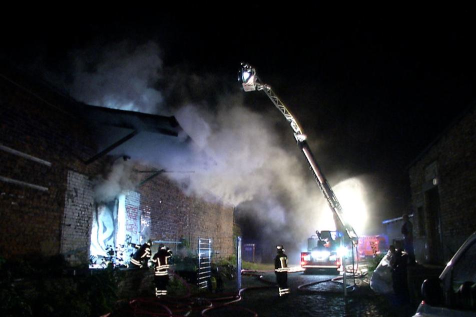 Das Feuer zerstörte am Montagabend einen Großteil der dort gelagerten Küchen und Küchengeräte.