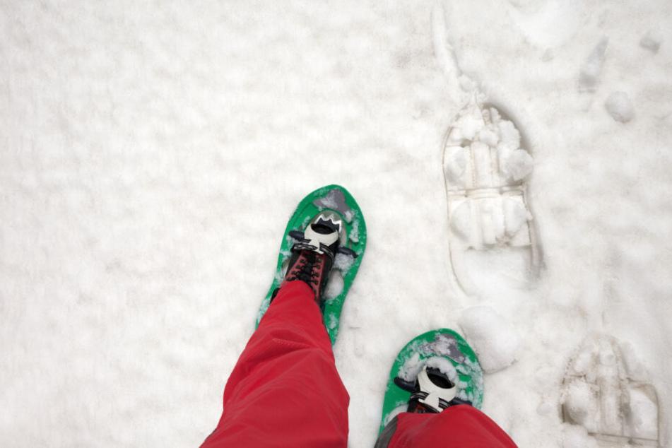 Vater und Tochter machten eine Schneeschuhwanderung. (Symbolbild)