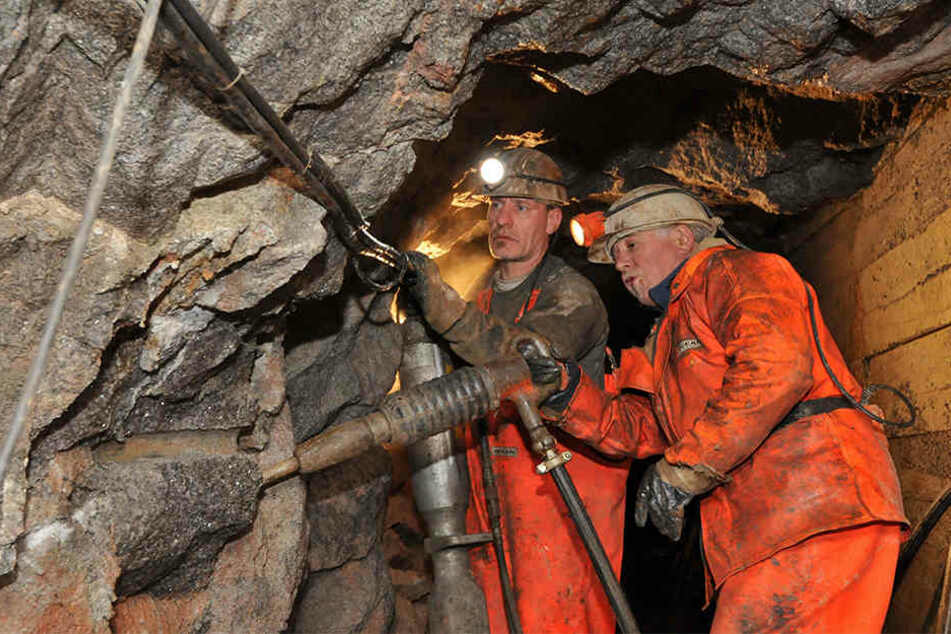 Zwei Mitarbeiter der Bergsicherung Freital lösen mit dem Presslufthammer das Gestein zur Erkundung der Lithiumvorkommen im Zinnwalder Stollen.