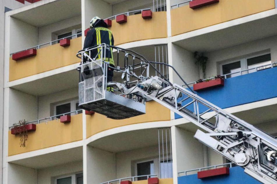 Durch ein Schlafzimmerfenster wurde der Mann aus dem Haus gebracht. (Symbolbild)