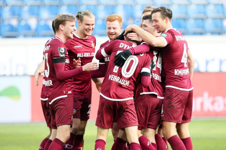 Jubel bei den Spielern! Dynamo feierte in Duisburg den vierten Sieg in Folge.