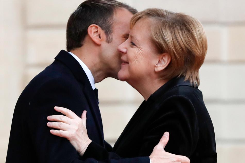 Emmanuel Macron, Präsident von Frankreich, begrüßt Bundeskanzlerin Angela Merkel im Elyseepalast mit Wangenküsschen. (Archivbild)