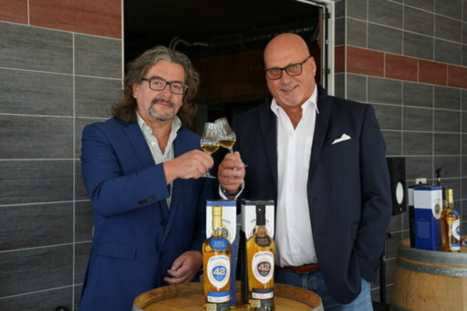 Frank Leichsenring (li.) und Thomas Michalski (re.) bringen Dresden die größte Whisky-Manufaktur Deutschlands.