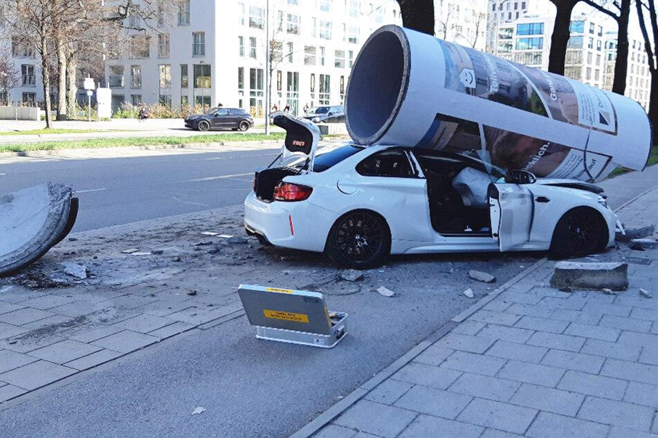 In München ist ein BMW M2 mit einer Litfaßsäule kollidiert. Der Fahrer des Wagens hatte großes Glück.