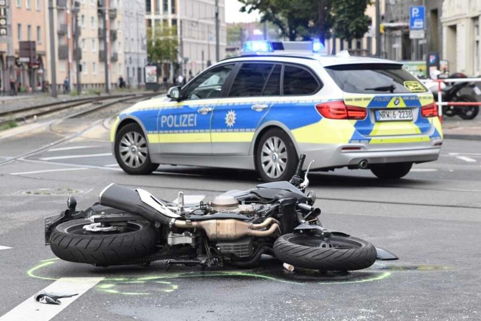 Das Unfallmotorrad lag nach dem Unglück am Boden. Die Polizei sicherte die Spuren.