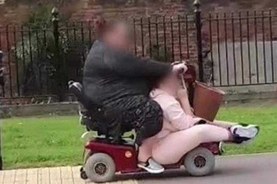 Zwei Frauen unternahmen eine Shopping-Tour in einem viel zu kleinen Scooter.