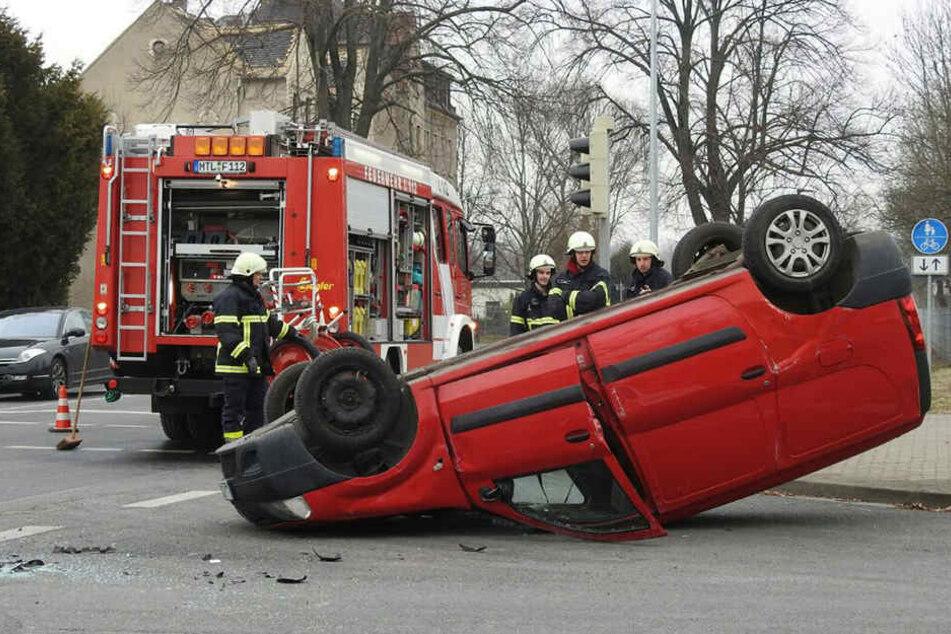 Der Ford kickte den Dacia von der Fahrbahn, der Wagen überschlug sich.